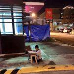 【世界中に拡散された1枚の写真!】マクドナルドの灯りで勉強するフィリピンの少年に心動かされる人が続出!!